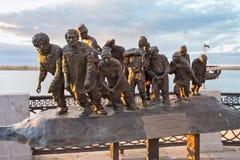 翼果,俄罗斯- 2016年10月12日:根据伊利亚・叶菲莫维奇・列宾` s `著名绘画的铜雕塑闯入在伏尔加河`的搬运工 库存照片