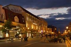 翼果,俄罗斯- 2016年10月12日:步行者列宁格勒街道在翼果前Kuybyshev的历史的中心 免版税库存照片