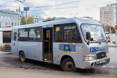 翼果,俄罗斯- 2016年10月12日:现代在一个公共汽车站的县品牌城市公开公共汽车在翼果 免版税库存照片