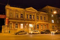 翼果,俄罗斯- 2016年10月12日:老历史大厦在翼果前Kuybyshev的中心在秋天夜 免版税库存照片