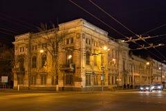 翼果,俄罗斯- 2016年10月12日:老历史大厦在翼果前Kuybyshev的中心在秋天夜 库存图片