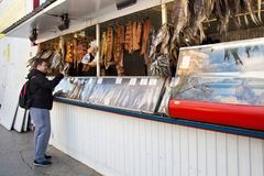 翼果,俄罗斯- 2016年10月12日:购物与熏制的鱼在底下`的普遍的啤酒亭子`旁边 免版税图库摄影