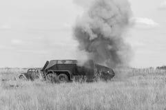 2018-04-30翼果,俄罗斯 德国军队的一辆受伤的防弹车 军事行动的重建 免版税库存照片