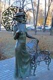 翼果,俄罗斯- 2016年11月, 20 :有球拍的雕刻的构成夫人 库存图片
