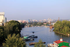 翼果,俄罗斯- 2014年8月15日:伏尔加河 小船floatin 库存图片