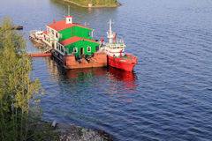 翼果,俄罗斯- 2014年8月15日:伏尔加河 小船floatin 免版税库存照片