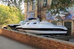 翼果,俄罗斯- 2014年8月15日:小船 销售的秀丽  库存照片