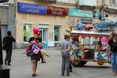 翼果,俄罗斯- 2014年8月21日:有气球的设计卡通者池氏的 免版税图库摄影