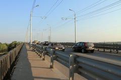 翼果,俄罗斯- 2014年8月15日:汽车通过桥梁 T 图库摄影