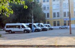 翼果,俄罗斯- 2014年8月15日:汽车 停车处搬运车 陌生人 免版税库存图片