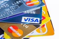 翼果,俄罗斯2015年2月3日:特写镜头演播室射击了三个主要品牌发布的信用卡美国运通,签证和 免版税库存图片