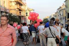 翼果,俄罗斯- 2014年8月22日:设计卡通者,有气球的小丑 免版税库存图片