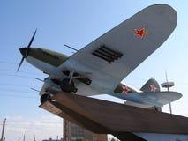 翼果,俄罗斯- 2010年7月17日 与船外的攻击IL-2我们 免版税库存照片