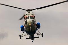 翼果,俄罗斯- 2016年9月11日 飞行直升机MI-2 clos 免版税库存照片