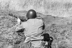 2018-04-30翼果,俄罗斯 沟槽的苏联士兵 军事行动的重建 库存图片
