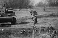 2018-04-30翼果,俄罗斯 苏联士兵争斗有德国军队的 敌意的重建在1945年4月 免版税库存图片