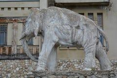 翼果,俄罗斯- 07 06 2017年:艺术家康斯坦丁Golovkin的村庄 一头大象的雕塑在庭院里 它是独特的弧 免版税库存图片