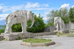 翼果,俄罗斯- 07 06 2017年:艺术家康斯坦丁Golovkin的村庄 一头大象的雕塑在庭院里 它是独特的弧 库存图片