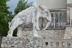 翼果,俄罗斯- 07 06 2017年:艺术家康斯坦丁Golovkin的村庄 一头大象的雕塑在庭院里 它是独特的弧 图库摄影