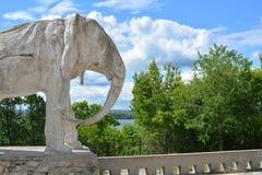 翼果,俄罗斯- 07 06 2017年:艺术家康斯坦丁Golovkin的村庄 一头大象的雕塑在庭院里 它是独特的弧 免版税库存照片