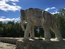 翼果,俄罗斯- 07 06 2017年:艺术家康斯坦丁Golovkin的村庄 一头大象的雕塑在庭院里 它是独特的弧 库存照片