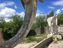翼果,俄罗斯- 07 06 2017年:艺术家康斯坦丁Golovkin的村庄 一头大象的雕塑在庭院里 它是独特的弧 免版税图库摄影