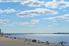 翼果,在伏尔加河的岸的城市海滩 美丽的云彩积云 库存照片