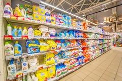 翼果,2018年8月:洗涤剂和洗涤剂在超级市场架子 库存照片