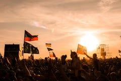 翼果12 06 2010年:在日落的节日许多人民脱掉他们的手 免版税库存图片