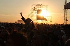 翼果12 06 2010年:在日落的节日许多人民脱掉他们的手 库存照片