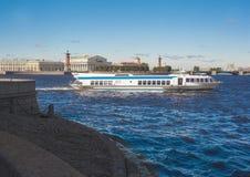 水翼艇小船沿内娃河航行在圣彼德堡, 免版税库存图片