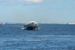 水翼艇小船沿芬兰湾移动在一个晴朗的劳动节 圣彼德堡 免版税图库摄影