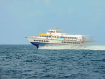 水翼艇执行在地中海海岛之间的飞行 免版税库存图片