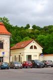 老三个十字架小山镇维尔纽斯和看法街道  免版税库存照片
