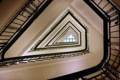 老三角螺旋楼梯盒从下面 库存图片