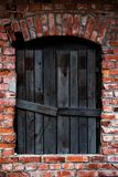 老上在一栋红脸砖瓦房的窗口 免版税库存图片