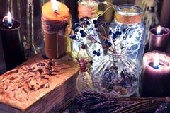 老不可思议书用在盖子、黑蜡烛和瓶的章鱼 免版税库存照片