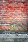 老与一部分的红砖墙壁垂直的纹理的在下具体地下室 库存图片