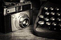 老与古板的打字机的葡萄酒减速火箭的照相机 免版税库存照片