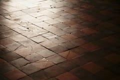 老与在地板上的破裂的石瓦片 免版税库存照片