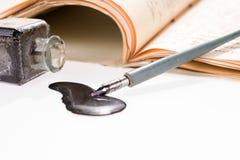 老与手写的信件的文字钢笔画的斑点 库存照片