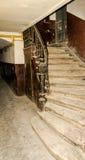 老与扶手栏杆的葡萄酒减速火箭的楼梯在对历史建筑的入口在利沃夫州的中心 免版税库存图片