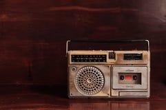 老与盒式带录音机的葡萄酒土气晶体管radito 库存图片