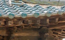 老东方亭子铺磁砖的屋顶  免版税库存照片