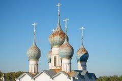 老东正教& x22的圆顶; 在市场Place& x22上的救主;在蓝天背景的特写镜头 罗斯托夫Veliky 免版税库存图片