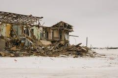 老两层被毁坏的,被破坏的和使荒凉的房子在与雪的冬天 贫穷和苦难,北部 免版税库存图片