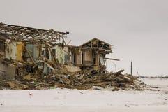 老两层被毁坏的,被破坏的和使荒凉的房子在与雪的冬天 贫穷和苦难,北部 免版税图库摄影