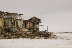 老两层被毁坏的,被破坏的和使荒凉的房子在与雪的冬天 贫穷和苦难,北部 库存照片