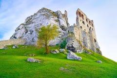 老中世纪城堡废墟在岩石的。超现实 图库摄影