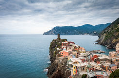 老中世纪城楼和老房子韦尔纳扎镇峭壁的五乡地国家公园的,意大利 库存图片